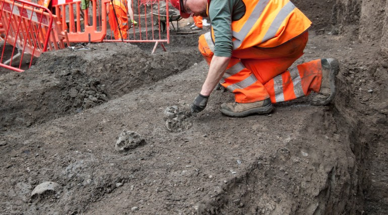 Archaeologists uncover Roman skulls adjacent to Roman road at Liverpool Street ticket hall April 201