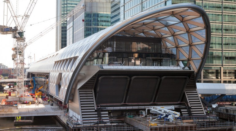 Construction of striking lattice timber roof above Canary Wharf Crossrail station_144088