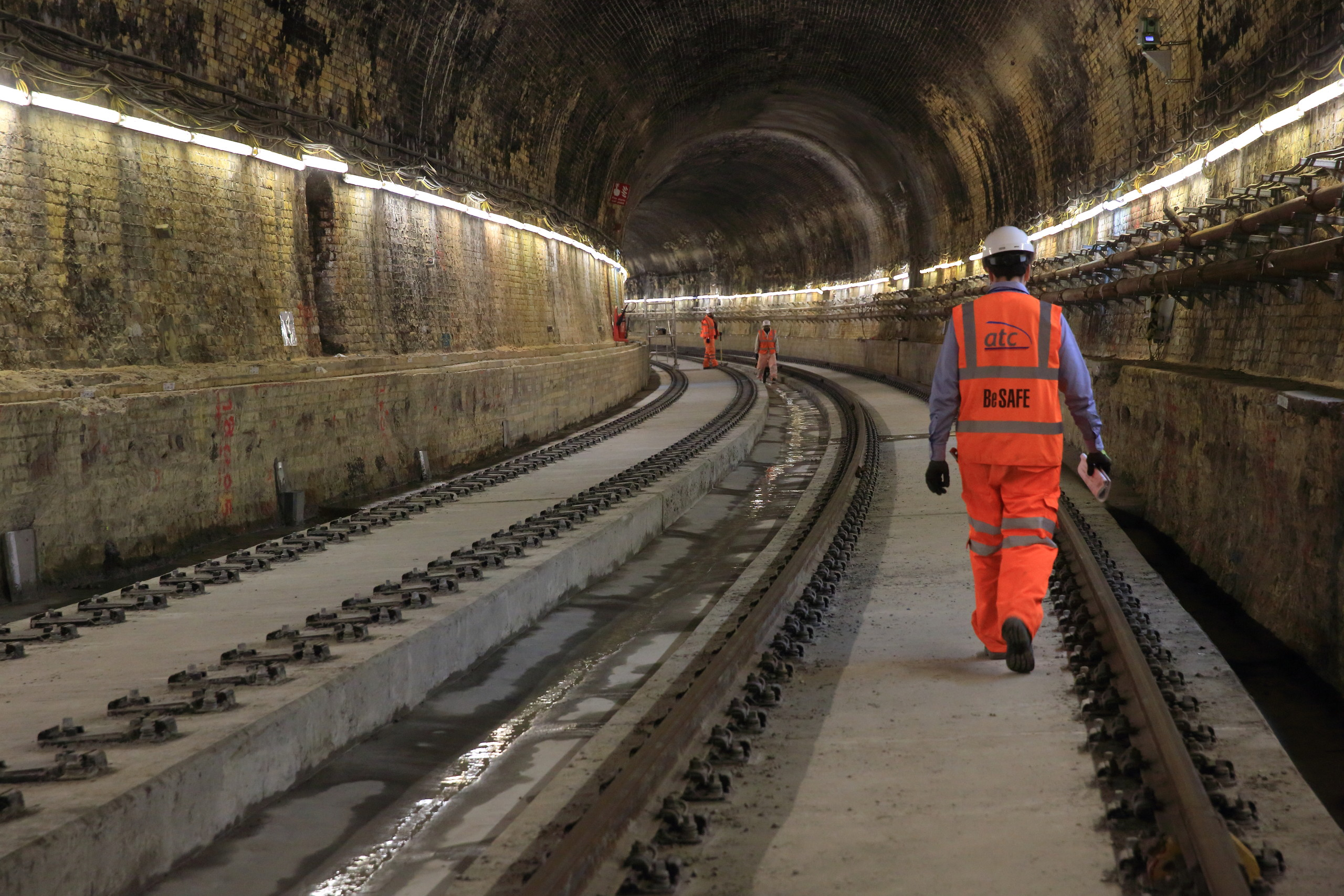 Installation of concrete track slab in Connaught Tunnel_211278